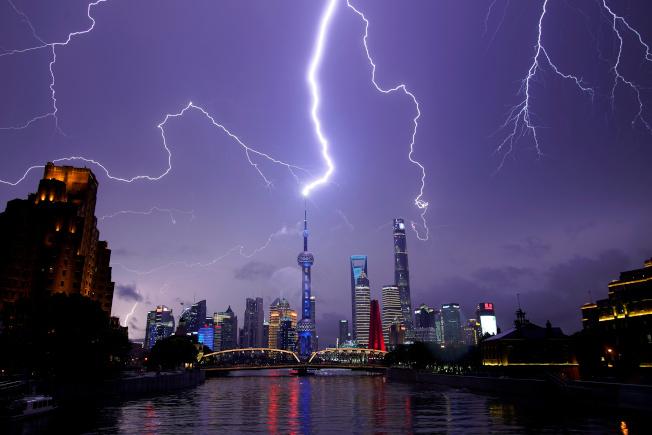 上海東方明珠塔10日被閃電擊中。(路透)