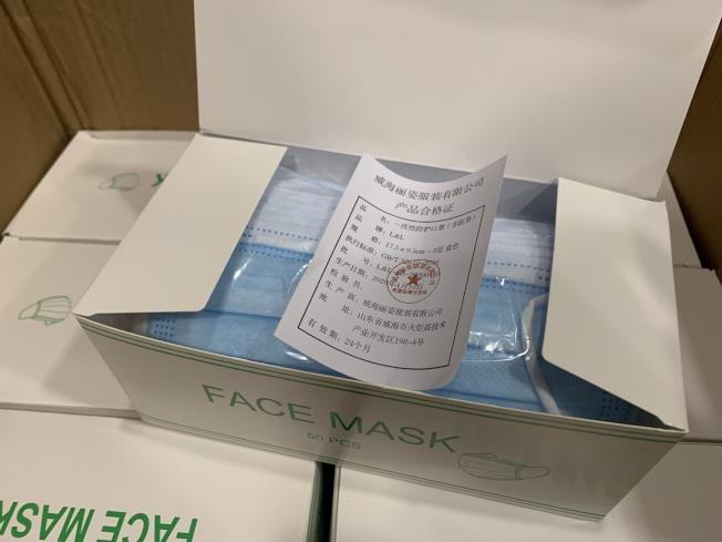 法拉盛商改區獲發萬片口罩,鼓勵商家踴躍申領。(記者賴蕙榆/攝影)