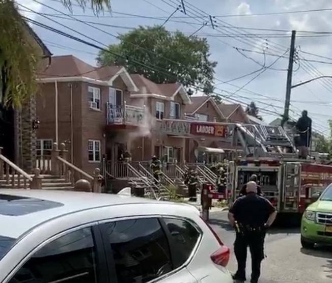 消防员在现场灭火。(目击者提供)