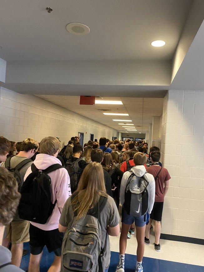 寶丁郡高中開學 人潮擁擠無社交距離