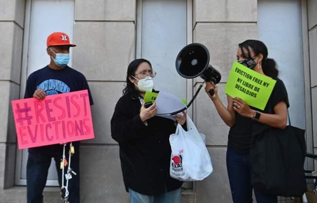 民主黨議員批評,川普緩徵薪資稅是「假減稅」。圖為疫情讓許多人失業而付不出房租, 紐約市房客維權團體10日在布郎士區市房屋法院外抗議。(美聯社)