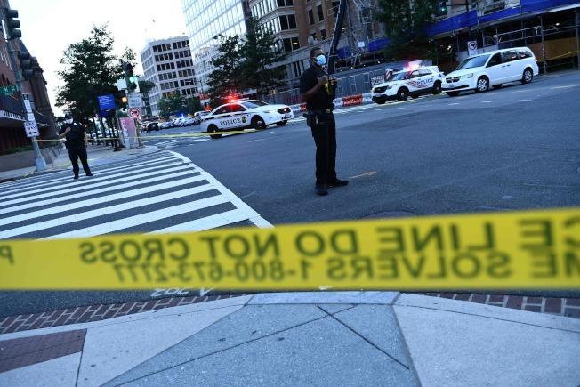警方與特勤人員10日傍晚封鎖白宮附近街道,限制出入。(美聯社)