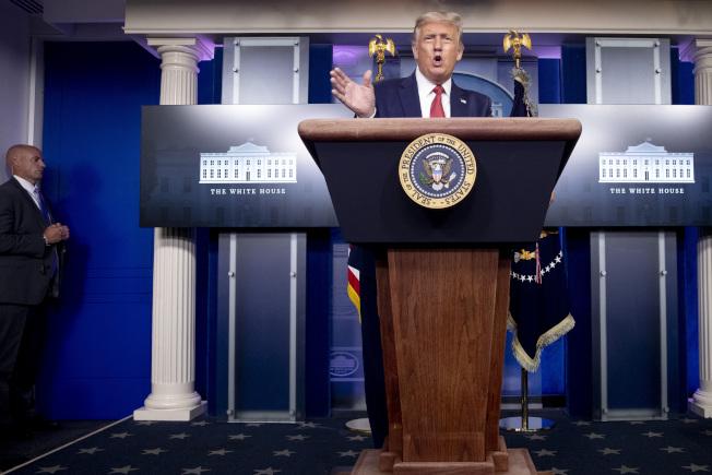 川普總統10日下午開始舉行記者會,過沒多久就被特勤人員打斷。(美聯社)