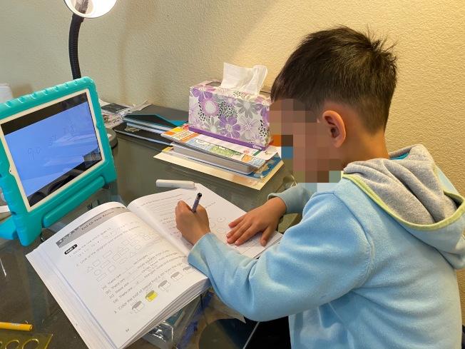 疫情之下多數學校改為遠距教學,電腦與網路就成為必要的設備。(記者李榮/攝影)