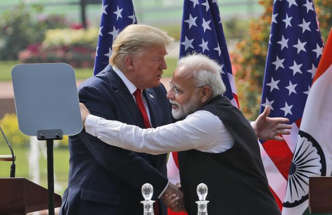 專家認為,中印邊境衝突恐讓印度加速投靠美國來強化戰略結盟趨勢,圖為年初美國總統川普訪印時,在發表聯合聲明後跟莫迪熱情擁抱畫面。美聯社