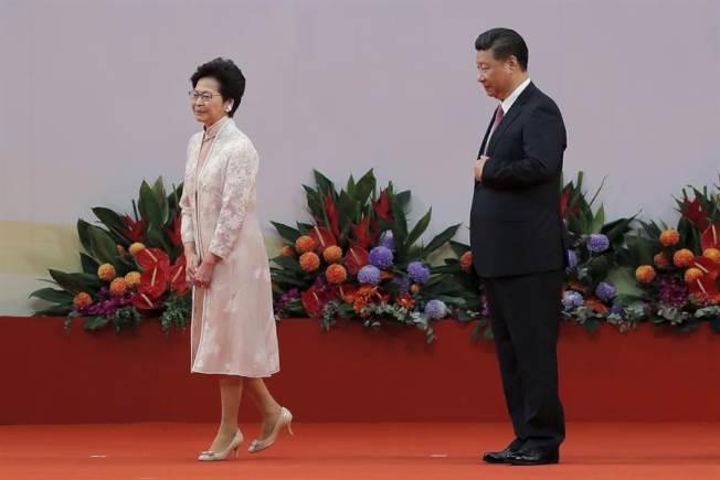 香港特首林鄭月娥(左)與中國中央總書記習近平(右)。美聯社