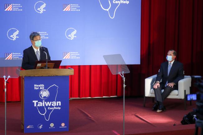美國衛生部長阿查爾(Alex Azar)(右)率團訪台,11日下午至台大公衛學院發表演說,由前副總統陳建仁(左)擔任引言人。中央社