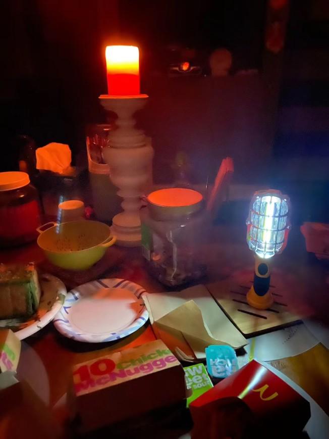 約38萬8000戶家庭受暴風影響停電,入夜後只能點蠟燭照明。(Bobby提供)