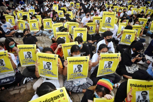 3000多名泰國學生10日聚集在法政大學的蘭實校區,重生解散國會、終止騷擾異議人士、修憲3大訴求,隨後有學生代表在台上念出10點聲明,要求改革王室。圖為學生抗議者舉著失蹤的異議人士萬查勒(Wanchalearm Satsaksit)海報。Getty Images