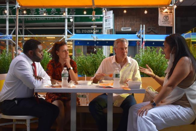 白思豪與多位市府官員坐在華埠街頭享受戶外用餐。圖左起為多瑞斯、摩斯托菲、白思豪和馬拉里斯。(記者顏嘉瑩/攝影)
