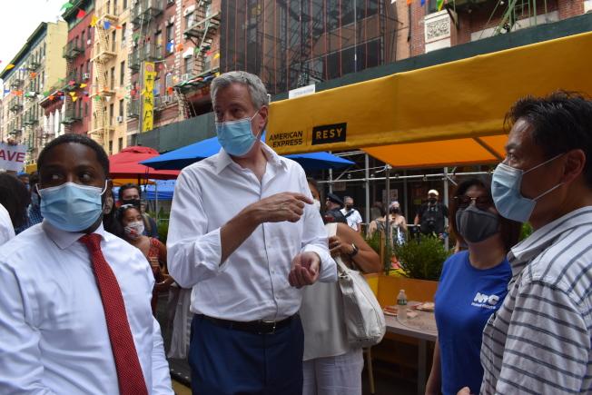 白思豪向新和合飯店合夥人梁嘉鴻詢問疫情後對生意造成的影響。(記者顏嘉瑩/攝影)