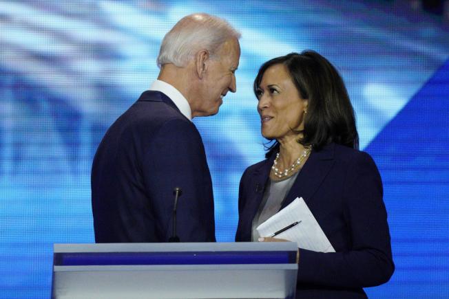 白登與賀錦麗將搭檔參選。圖為2019年9月兩人在民主黨初選辯論。(美聯社)