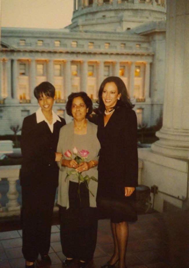 賀錦麗(右)政治仕途起源於舊金山。2003年她當選舊金山檢察長之後,與家人合影(中為媽媽,左為妹妹)。(好友蘇榮麗提供)