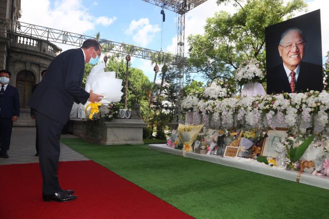 美國衛生部長阿查爾9日率團訪台,12日前往台北賓館弔唁前總統李登輝,並獻花致意。(中央社)