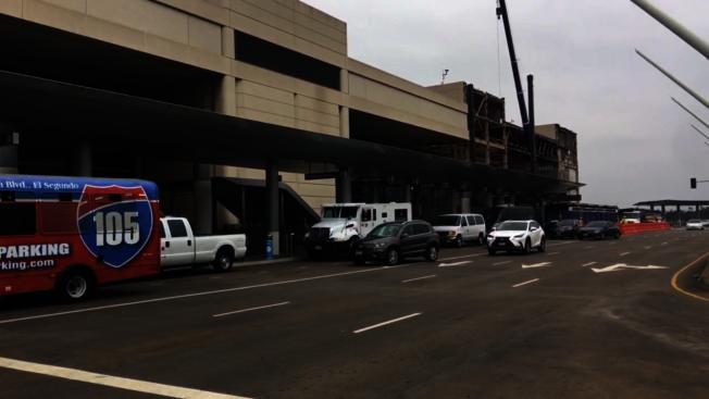 洛杉磯國際機場的航廈在疫情期間正在施工。(記者王全秀子/攝影)