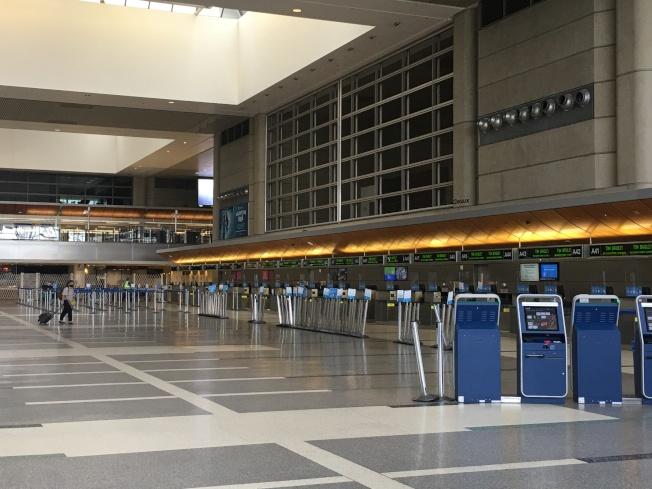 疫情之下的洛杉磯國際機場的國際航廈不再繁忙。(記者王全秀子/攝影)