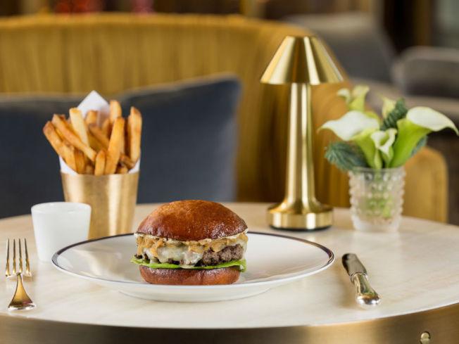 法國餐廳Bullion將COVID-19檢測和漢堡一起放入了菜單。(Bullion網站圖)