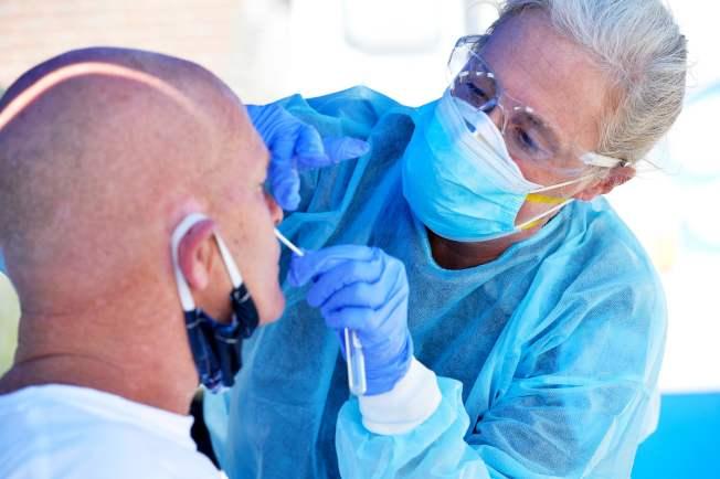 美國新冠確診數字仍在攀升。麻州過去幾周的確診人數不停增加。圖為麻州沿海的艾弗瑞特(Revere)仍處於高風險區,醫務人員正在為艾弗瑞特海灘的居民檢測病毒。(美聯社)
