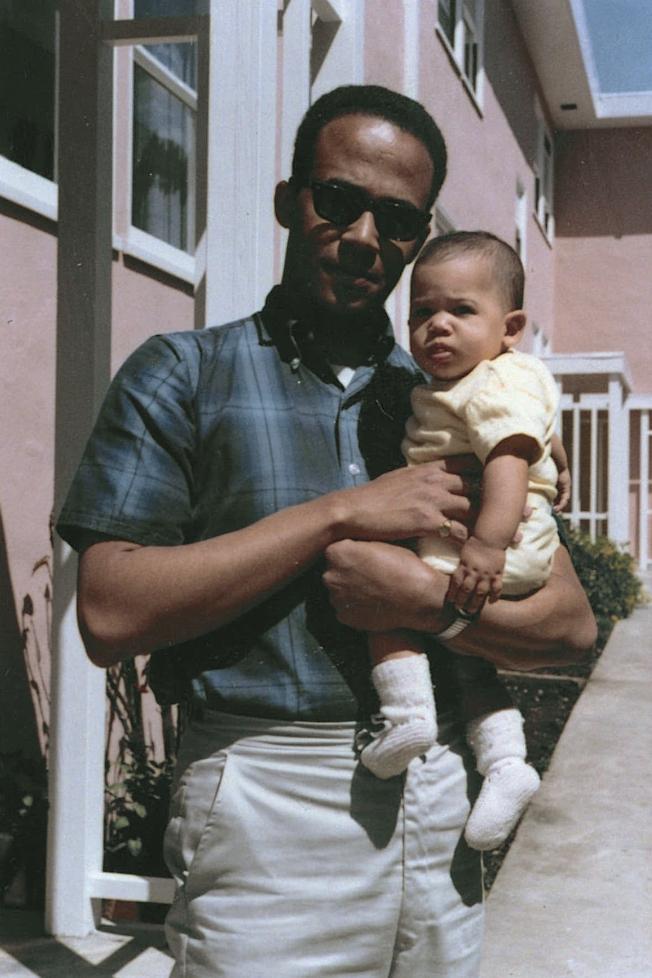 1965年,父親Donald Harris抱著女兒賀錦麗。  (美聯社)