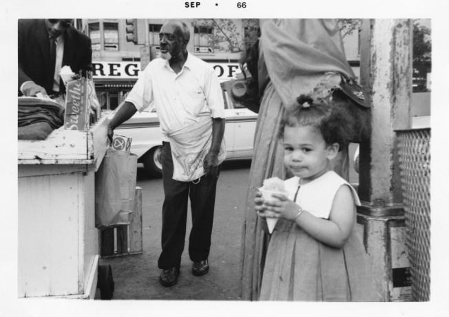 賀錦麗幼時與家人到紐約哈林區探視親友。 (美聯社)