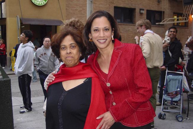 賀錦麗與母親Shyamala Gopalan Harris於2007年參加農曆新年的大遊行。(美聯社)