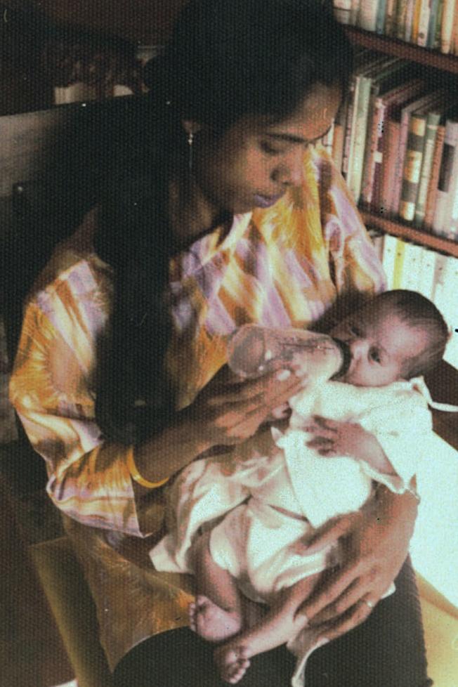 25歲的Shyamala Gopalan抱著嬰兒賀錦麗餵奶。(美聯社)