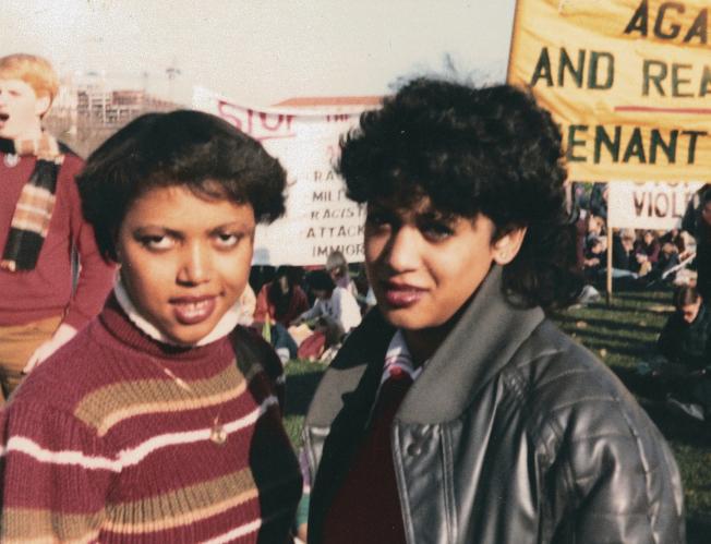 賀錦麗 (右)與朋友在大學參加「反(南非)種族隔離」活動。(美聯社)