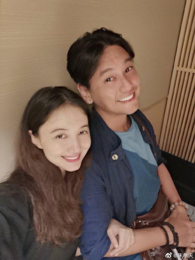 偶像團體「F4」之一朱孝天,疫情發生後與老婆韓雯雯分開半年之久,這幾天老婆終於隔離完成到台灣相聚。(取材自微博)