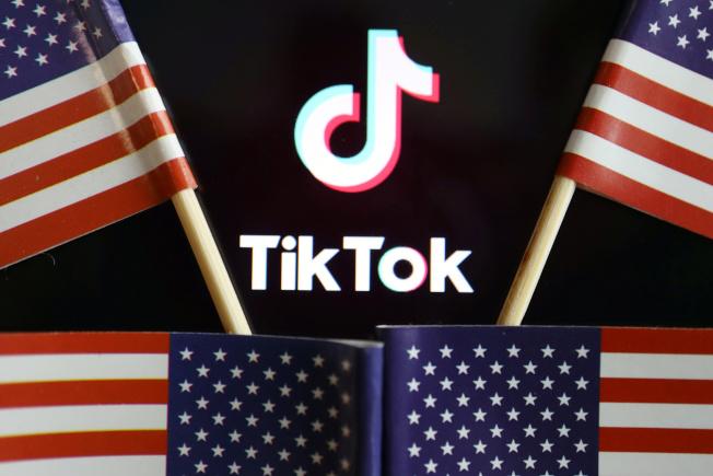 美國總統川普下一步可能禁止業者在TikTok投放廣告。(路透)