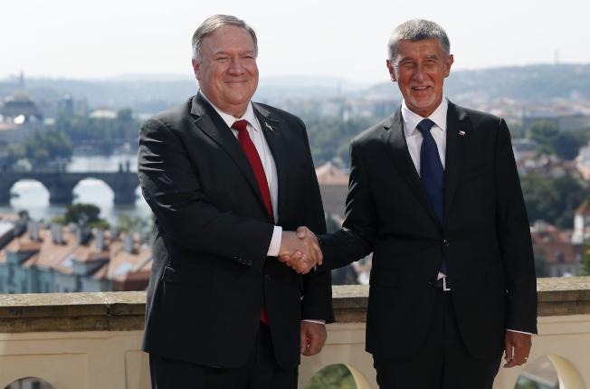 龐培歐(Mike Pompeo,左)今天上午與捷克總理巴比斯(Andrej Babiš,右)會晤並舉辦聯合記者會。美聯社