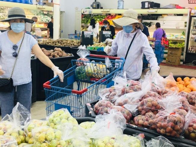 中國、台灣、越南荔枝和龍眼喜獲大豐收,每磅價格低至往年的一半甚至三分之一堪比「白菜價」,且貨豐質優,民眾大快朵頤。(記者楊青/攝影)