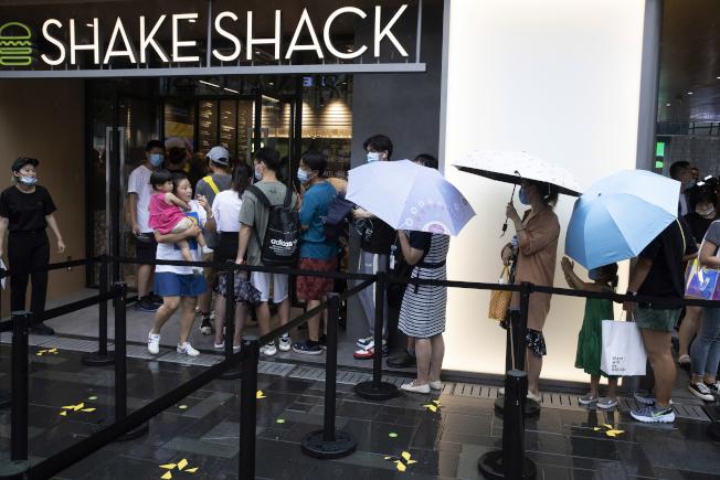 美國人氣漢堡Shake Shack北京的首家門市開業,大批北京民眾排隊嘗鮮。(美聯社)