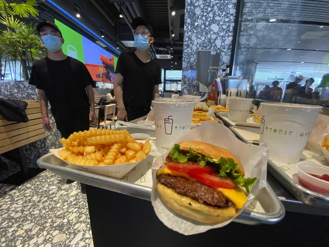 美國人氣漢堡Shake Shack昨天在北京的首家門市開業。(美聯社)