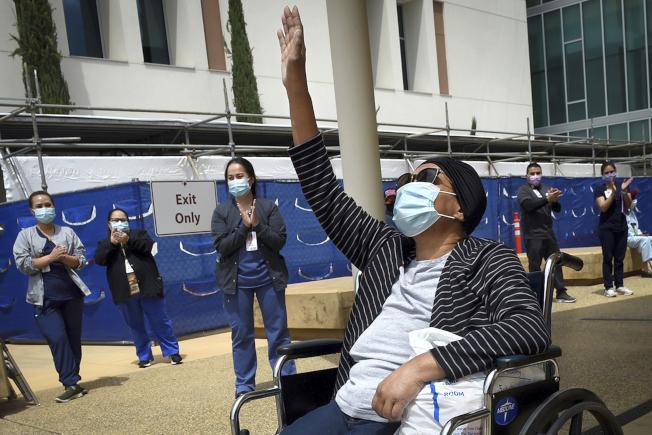加州近一周的新冠死亡人數倍數暴增,尤其是州內農業重鎮的中央谷地,疫情擴傳嚴重,州長紐森再提警告。圖為中央谷地佛萊斯諾縣(Fresno)市Clovis社區醫院的一位64歲新冠患者治癒後高興出院。(美聯社)