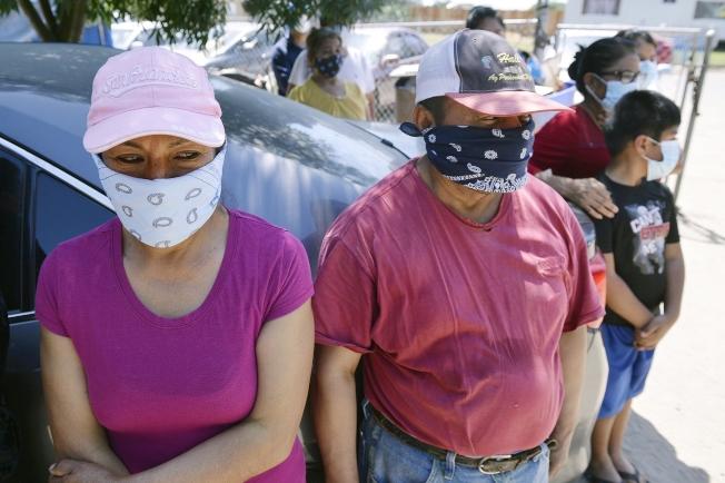 加州近一周的新冠死亡人數倍數暴增,尤其是州內農業重鎮的中央谷地,疫情擴傳嚴重。 州長紐森再提警告。圖為中央谷地羅林達(Rolinda)市的農民工家庭仍面臨缺乏口罩等防疫用品的緊急情況。(美聯社)