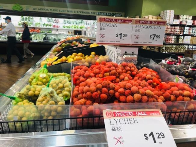 南加州不少華資超市進口新鮮荔枝和龍眼每磅低至1.29元,多年罕見。(記者楊青/攝影)