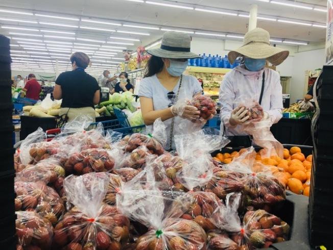 大陸、台灣、越南荔枝和龍眼大豐收,每磅價格低至往年的一半,甚至三分之一,堪比「白菜價」,且貨豐質優,民眾大快朵頤。(記者楊青/攝影)