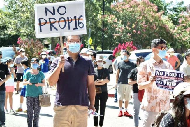 加州三谷地區華人和亞裔近期持續舉辦反對16號提案大型集會,南北加州華人和亞裔社區正形成大規模草根力量,對抗16號提案。(田霞提供)