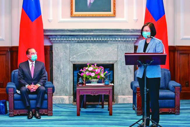 美國衛生部長阿查爾(左)訪台,蔡英文總統(右)接見。(圖:總統府提供)