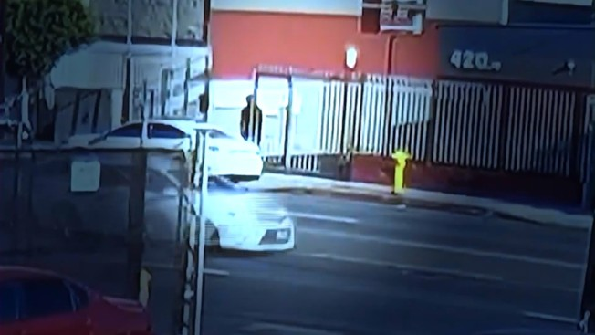 監視畫面顯示,瓜達多在遭警員槍擊前,曾與Lexus駕駛人交談。(KTLA)