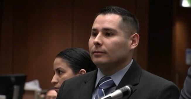 洛市警員羅哈斯(David Rojas)被控關掉隨身錄影機後,撫摸死者巴傑特的胸部。(ABC電視台截圖)