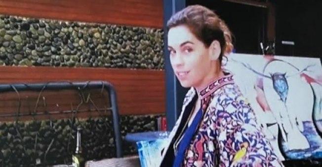 時年34歲的女子巴傑特(Elizabeth Baggett)被發現死亡後,洛市警員羅哈斯(David Rojas)據稱關掉隨身錄影機後,撫摸巴傑特的胸部。 (KTLA電視台)