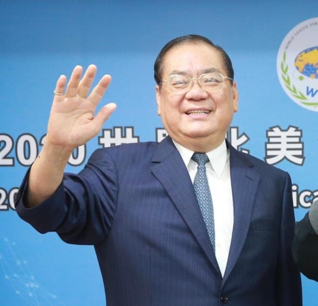 世盟中華民國總會理事長曾永權向國外參與論壇的貴賓們揮手致意。(圖:世盟提供)