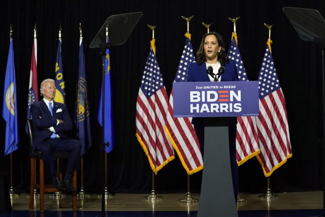 民主黨準總統候選人白登(右)與聯邦參議員賀錦麗(左)12日立即展開對川普總統與副總統潘斯的批評。(美聯社)