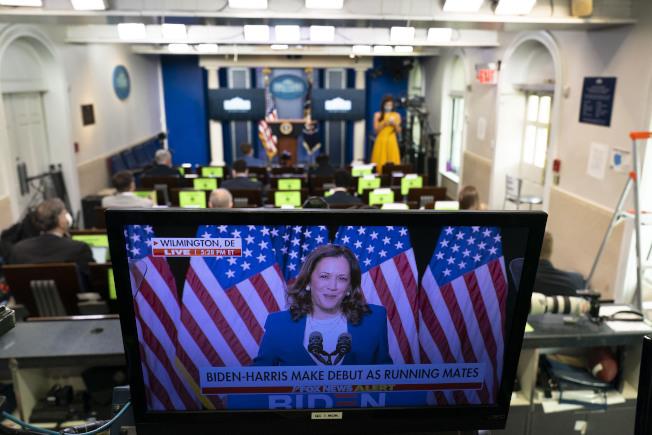 白宮新聞簡報室中的電視12日下午正實況播出民主黨準總統候選人白登在家鄉德拉瓦州會見賀錦麗參議員。(美聯社)
