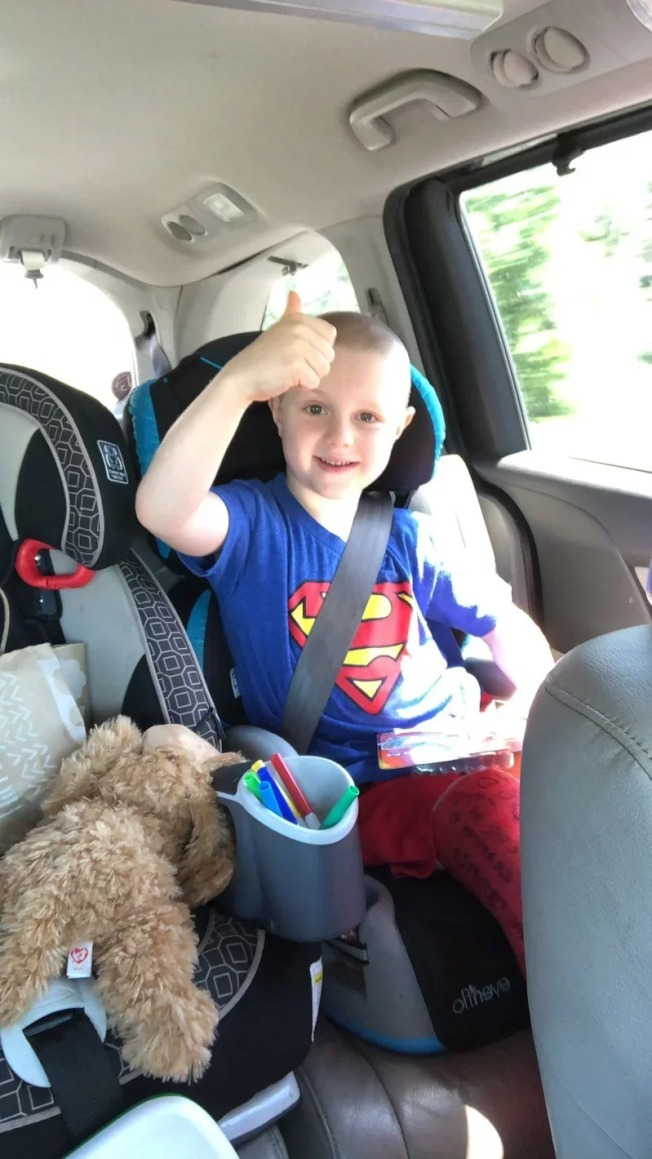 6歲男童喬納(Jonah Douglas)天真可愛,卻意外遭除草機輾斷一條腿。取材自推特