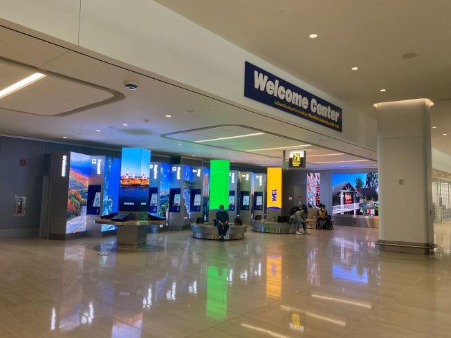 為避免疫情反彈,紐約州、康州與新州要求,曾到訪高風險州民眾須申報並自行隔離14天,否則將面臨罰款;圖為拉瓜地亞機場(La Guardia Airport)。(記者牟蘭/攝影)