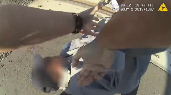 加州女警艾莉卡‧厄瑞亞(Erica Urrea)跳下巡邏車跑上前將老翁拖離鐵軌。圖/加州洛迪(Lodi)警察局