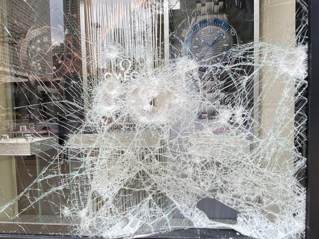 10日凌晨的大規模打砸搶,讓好不容易從6月初首次洗劫行動復工的店家,再次受到重創。(特派員黃惠玲/攝影)