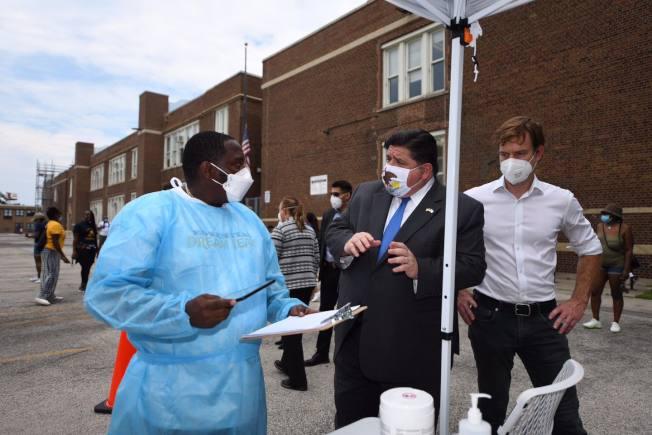 伊州州長普立茲克(中)警告,該州疫情正朝錯誤方向發展,將考慮重起嚴格防疫措施。(州長辦公室)